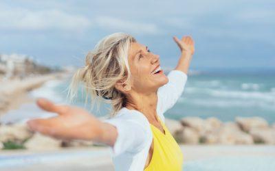 Consejos para que este verano las personas mayores disfruten de una boca sana
