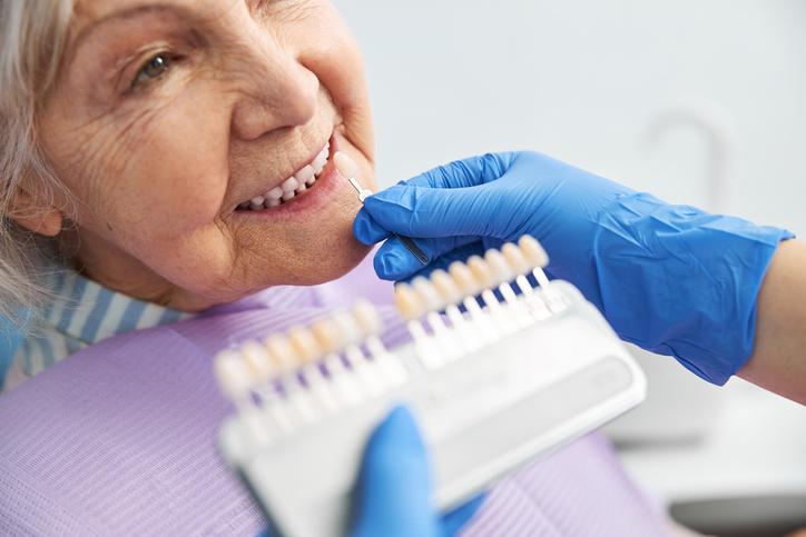 Manchas en los dientes cómo evitarlas y tratarlas